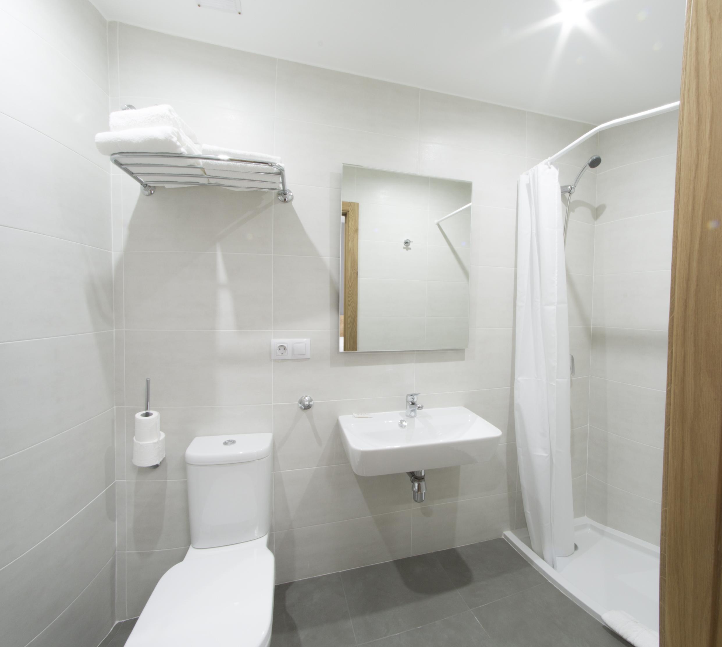 habitacion-con-baño-en-verin